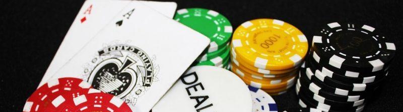 Blackjack kortit ja pelimerkit