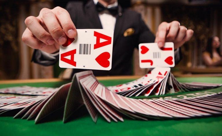 Blackjackissa on käytössä paljon kortteja.