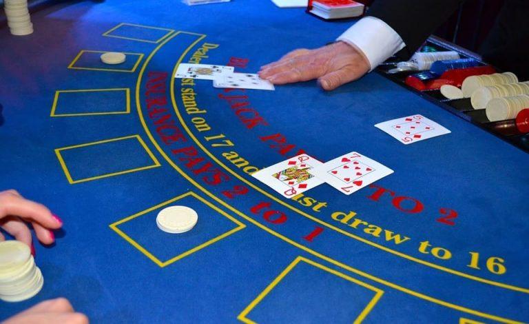 Blackjack-pelipöytä kivijalkakasinolla.